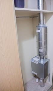 En radonbrønn krever liten plass. Her er komponentene installert inne i et skap.