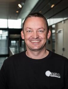 Kolbjørn Holmen, ansvarlig for mediehåndtering og markedsaktiviteter, forteller at de ønsker å skape frykt for å bruke svart arbeid og på den måten styrke norske bedrifter og arbeidsplasser. (Foto: BSA).