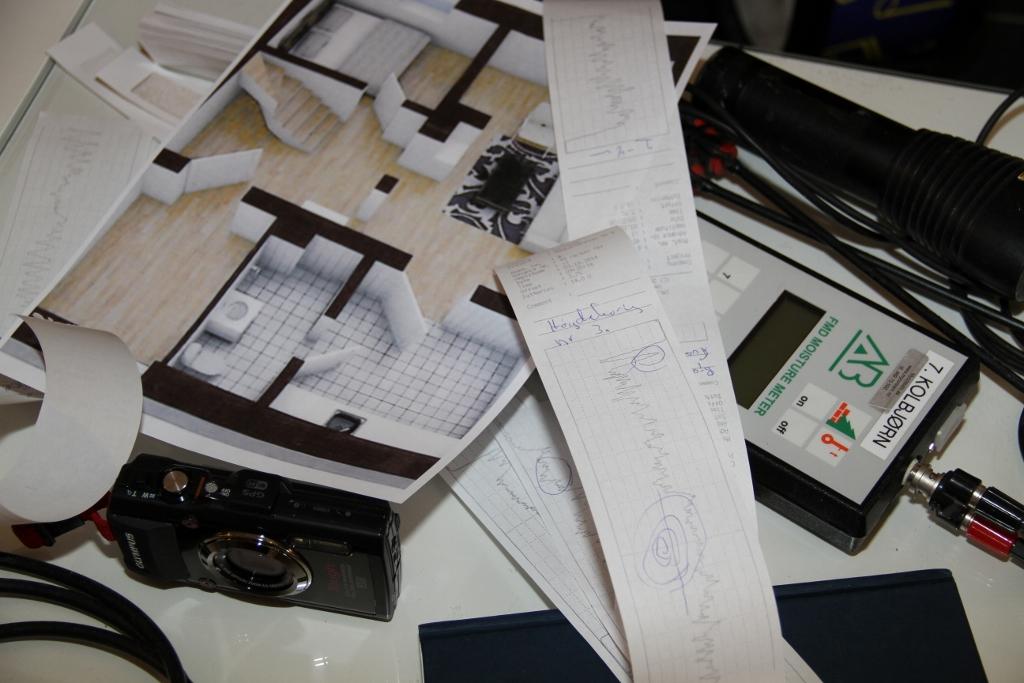 Kamera, lommelykt og fuktmåler er viktig å ha med på inspeksjon.