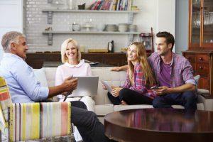 Siden boligprisene stiger og kravet til egenkapital øker, er det cirka 45 prosent som får hjelp til boligkjøp av sine foreldre.