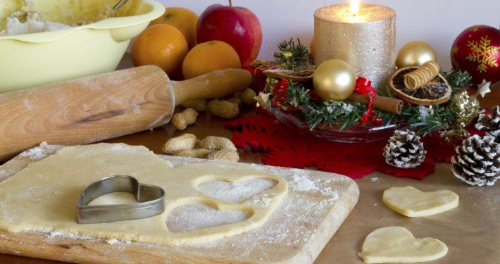 Hold øye med julebaksten og husk på at julepynt kan være ekstremt brannfarlig.  (Begge ill. foto: iStockphoto.com).